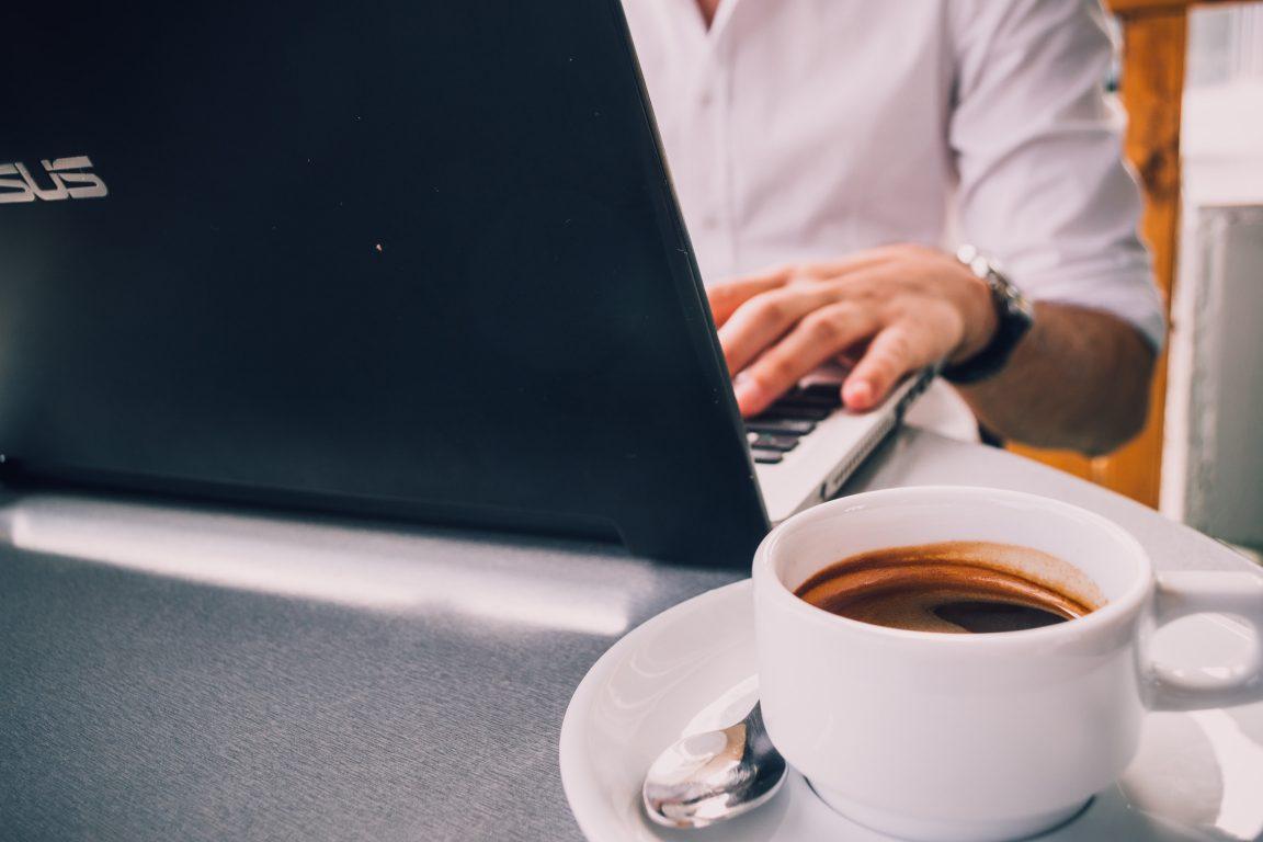 Kuvituskuva, nainen tietokoneen ääressä