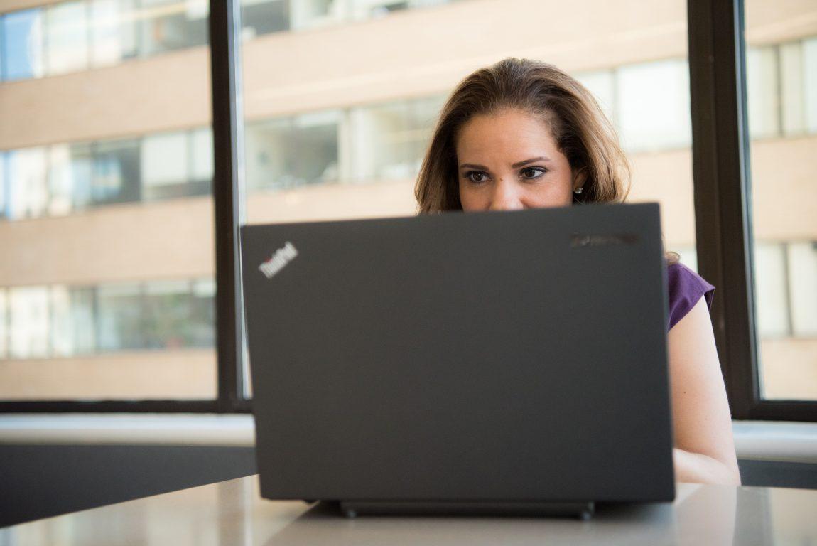 Nainen Lenovo Thinkpadin takana