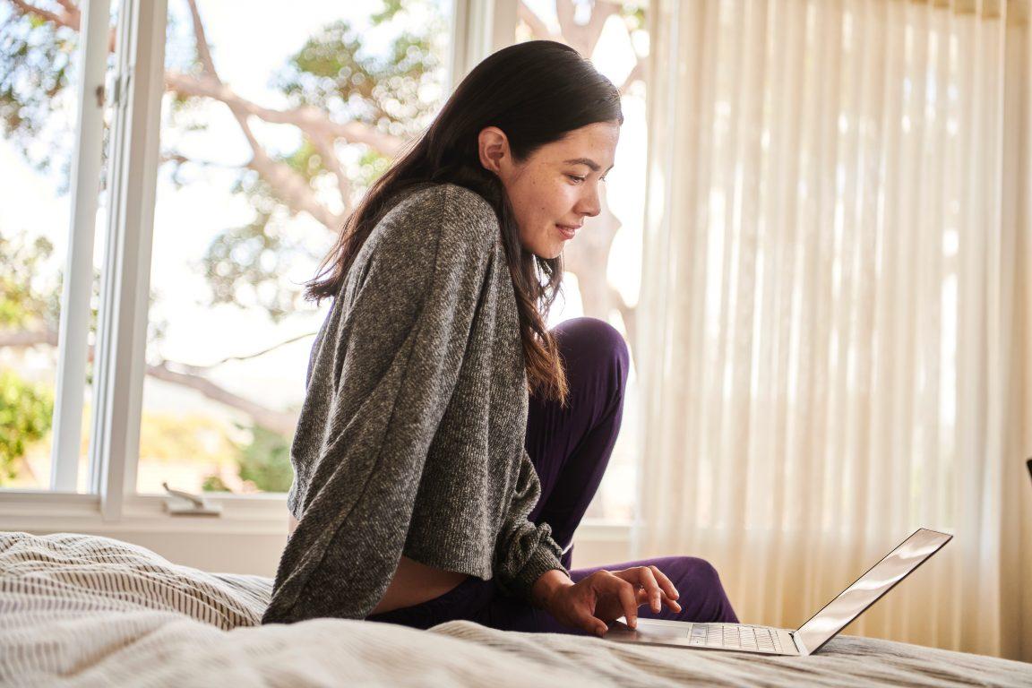 Nainen käyttää tietokonetta